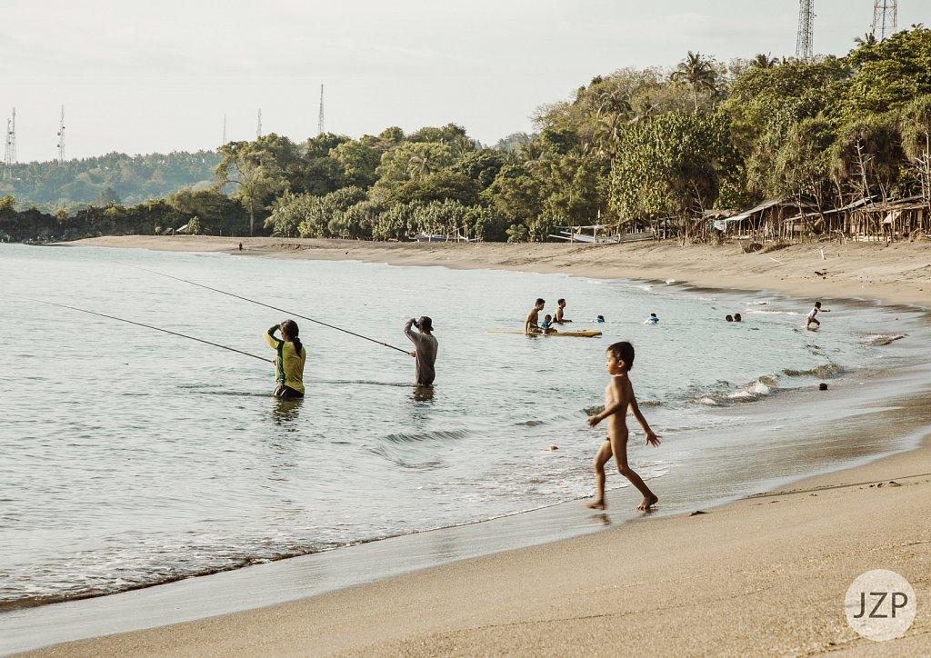 Angler im Wasser am Beach